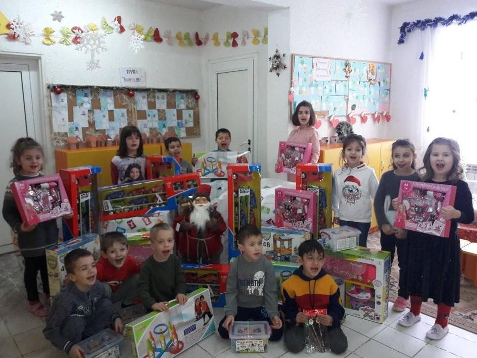 Елаците-Мед направи дарения за играчки на детски градини