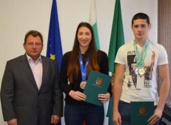 Кметът на общината връчи награди на Полина Нейкова и Николай Петков